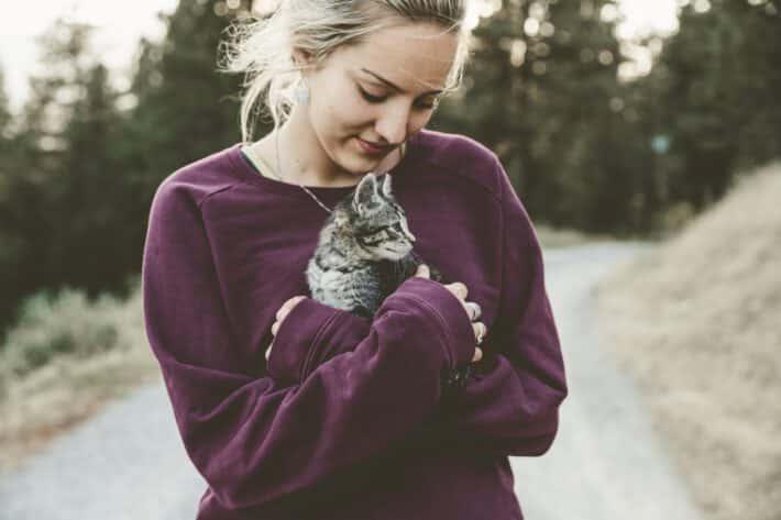 Kobieta trzyma kota na rękach