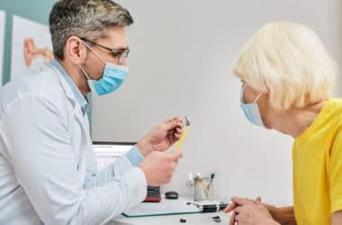 Leczenie niedosłuchu u osoby starszej przez specjaliste