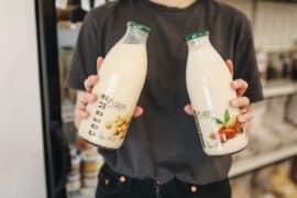 Mężczyzna trzyma w dłoniach mleko