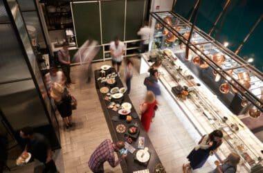 Ludzie w restauracji
