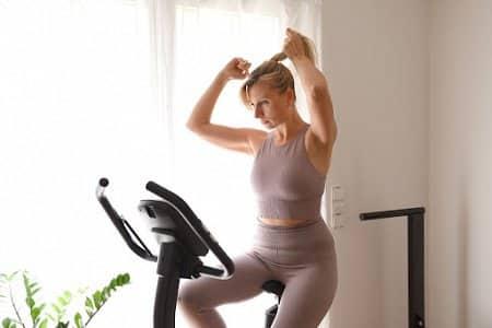 Kobieta ćwiczy na rowerku stacjonarnym