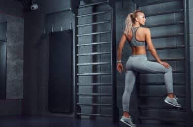 Kobieta ćwiczy na drabince gimnastycznej
