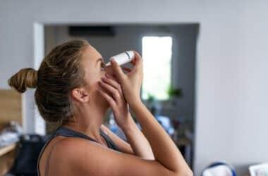 Kobieta zakrapla sobie oczy dla poprawy wzroku
