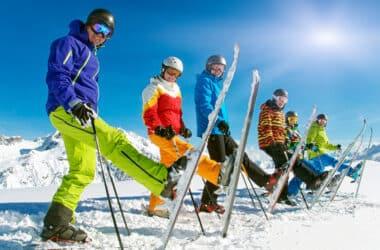 Gruba osób z dobranymi butami narciarskimi