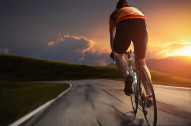 Mężczyzna jedzie rowerem w spodenkach rowerowych z wkładką